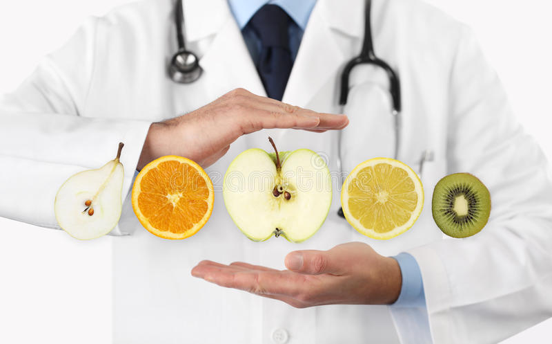 Sund mat bantar begreppet, händer av näringsfysiologdoktorn med fru arkivbilder