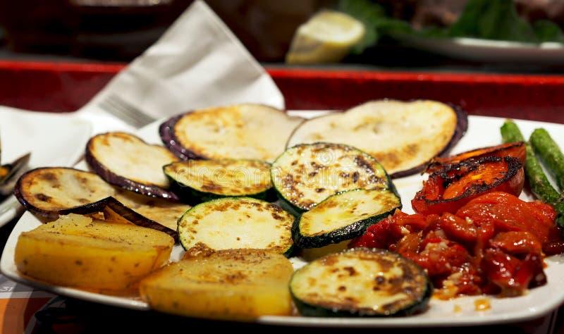 Sund mat - barbequed säsongsbetonade grönsaker (zucchini, peppar, sparris, potatisen) royaltyfri foto