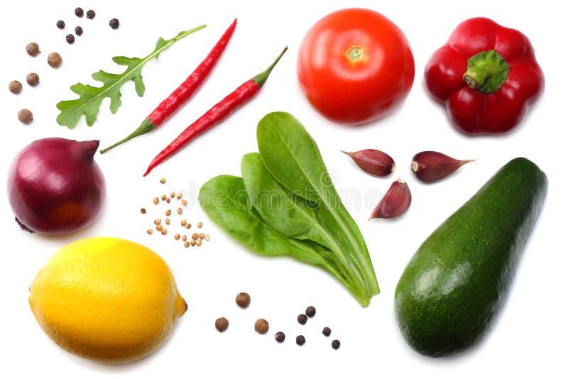 sund mat blandning av avokadot, citronen, tomaten, den röda löken, vitlök, söt spansk peppar och rucolasidor på vit bakgrund t fotografering för bildbyråer