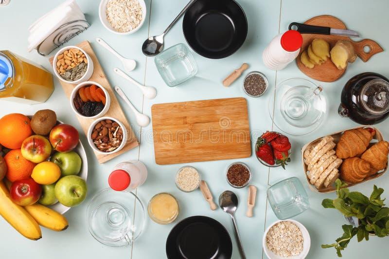 Sund mat, detox, frukost, frukt, granola, yoghurt, orange juce royaltyfri fotografi