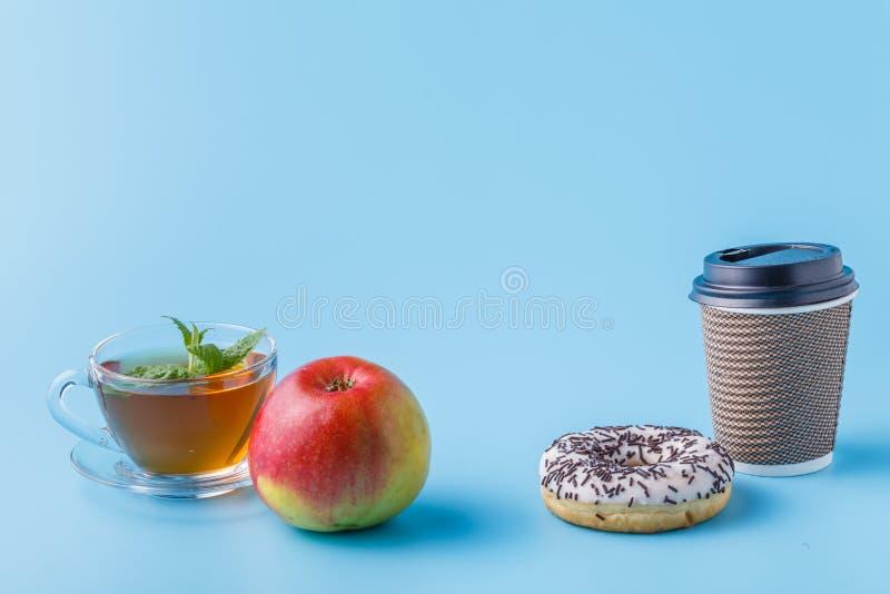 Sund mat eller fet mat, fruktsaft eller munken med mjölkar arkivbilder