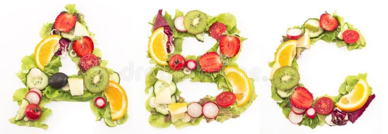Sund mat för alfabet som göras av sallad och frukter arkivbild