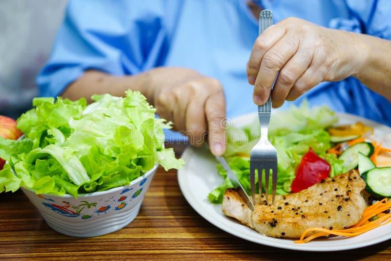Sund mat för asiatisk hög för gammal dam för kvinna tålmodig frukost för äta i sjukhus fotografering för bildbyråer