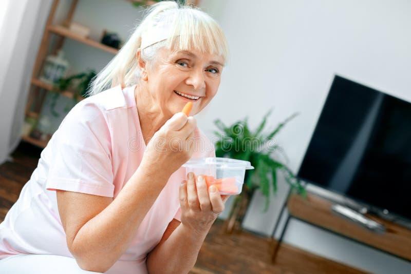 Sund mat för hög hälsovård för kvinnaövning hemmastadd arkivfoton