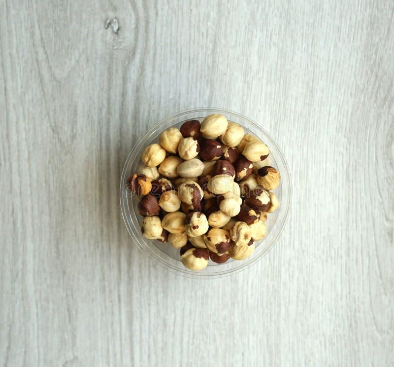 Sund mat för slut för bakgrundsbild upp hasselnötter Tokig textur på den vita gråa bästa sikten för tabell arkivfoto