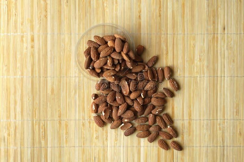 Sund mat f?r slut f?r bakgrundsbild upp mandelmuttrar Texturmuttrar p? koppplattan arkivbild