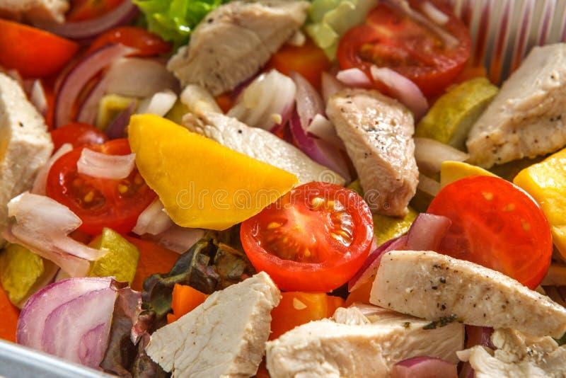 Sund mat i askar, bantar begrepp Ångad kalkon med grönsaker arkivbild
