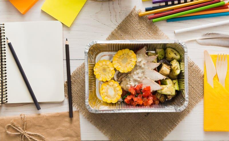 Sund mat i folieask på den funktionsdugliga tabellen, bantar begrepp royaltyfri fotografi
