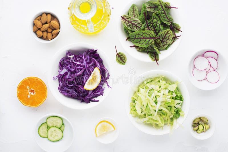 sund mat Ingredienser för en ny grön vegetarisk grönsaksallad från nya grönsaker Top beskådar royaltyfria bilder
