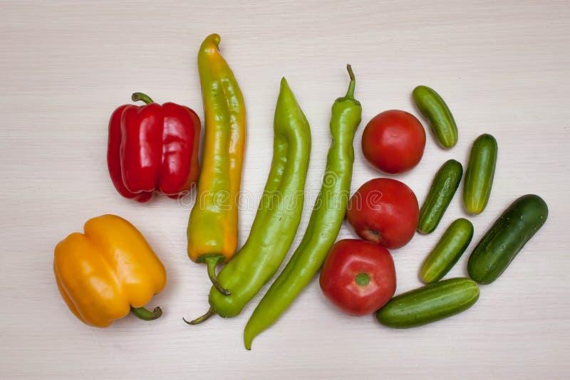 Sund mat, inklusive olika grönsaker royaltyfria bilder