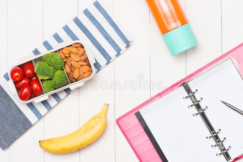 sund mat Lunchask på tabellen royaltyfri fotografi