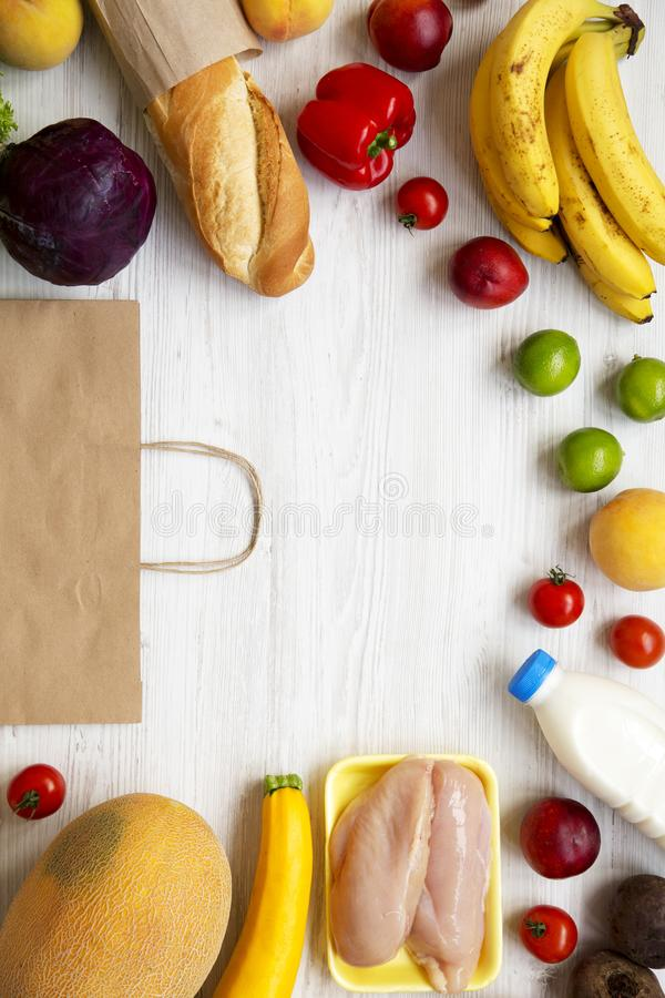 Sund mat och pappers- påse på den vita trätabellen Matlagningmatbakgrund Lägenhet som är lekmanna- av nya foods Bästa sikt som är arkivbild