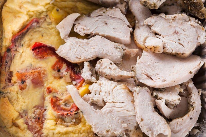 Sund mat, omelett med grönsaker, höna arkivbilder