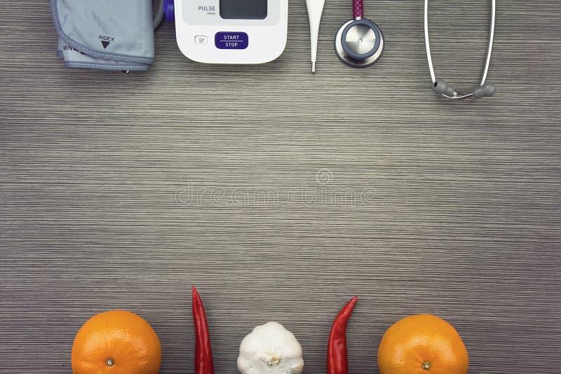 Sund mat som äter begreppet, undersökande utrustning för läkarundersökning royaltyfria bilder