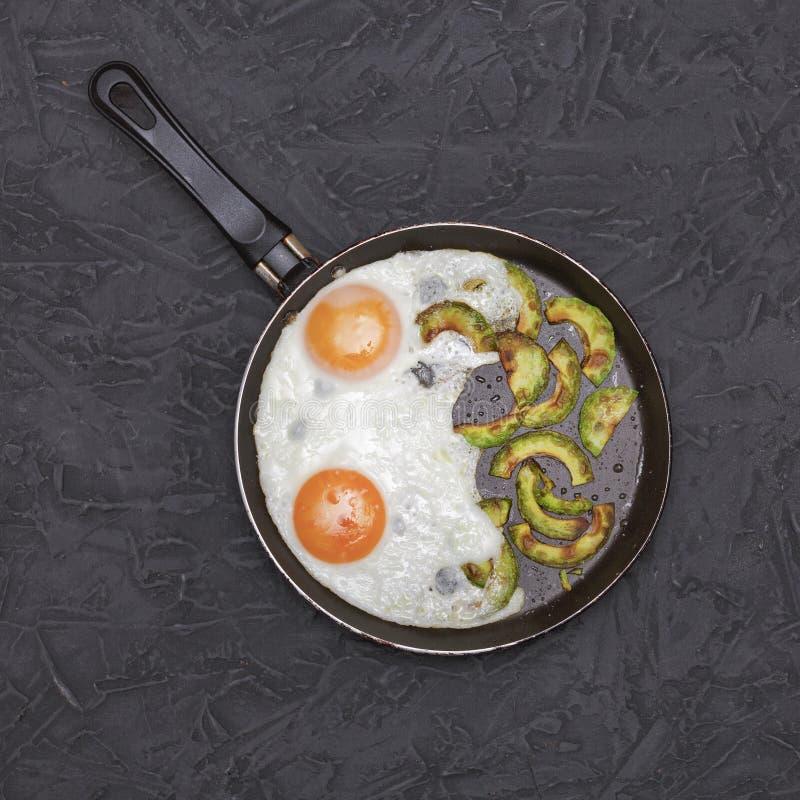 sund mat Stekte ägg, avokadon, frukosten, lunch, hemlagat som är näringsrik, bantar, den bästa sikten, närbilden, kopieringsutrym royaltyfri fotografi
