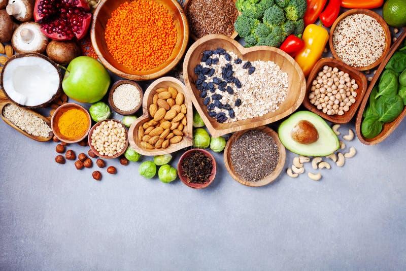 Sund matbakgrund från frukter, grönsaker, sädesslag, tokigt och superfood Diet- och allsidig vegetarian som äter produkter arkivfoton