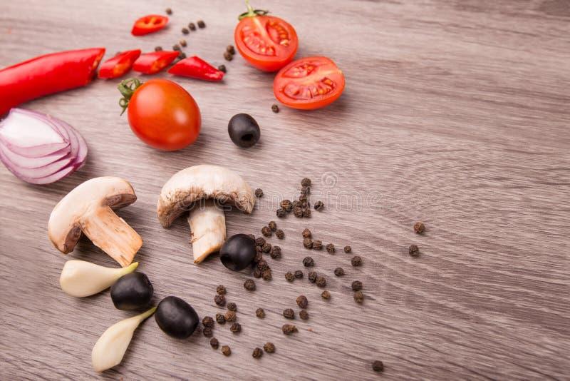 Sund matbakgrund/studiofoto av olika frukter och grönsaker på trätabellen arkivbild