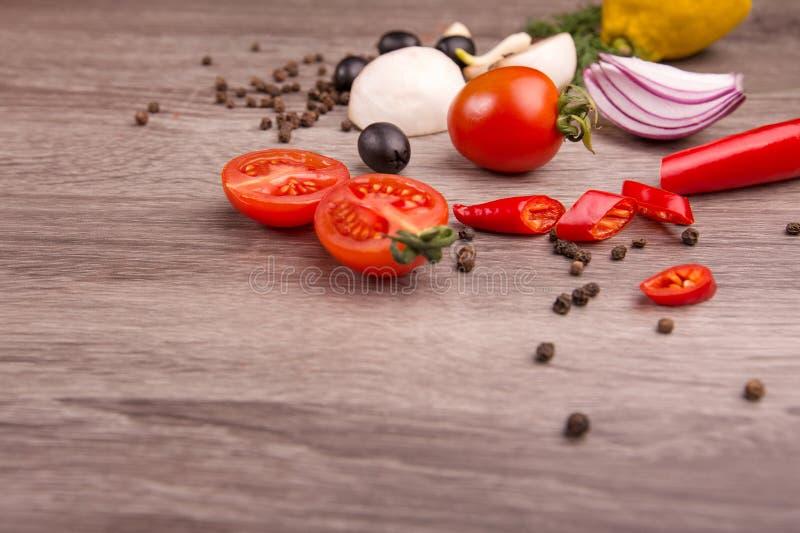Sund matbakgrund/studiofoto av olika frukter och grönsaker på trätabellen royaltyfri fotografi