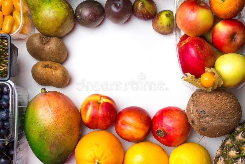 Sund matbakgrund/studiofoto av olika frukter och grönsaker på vit bakgrund royaltyfri bild