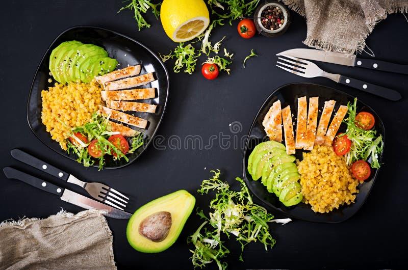 Sund maträtt med höna, tomater, avokadot, grönsallat och linsen på mörk bakgrund matställe royaltyfria bilder