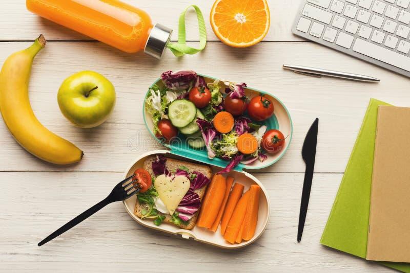 Sund matställe från lunchasken på den funktionsdugliga tabellen för kontor royaltyfria bilder