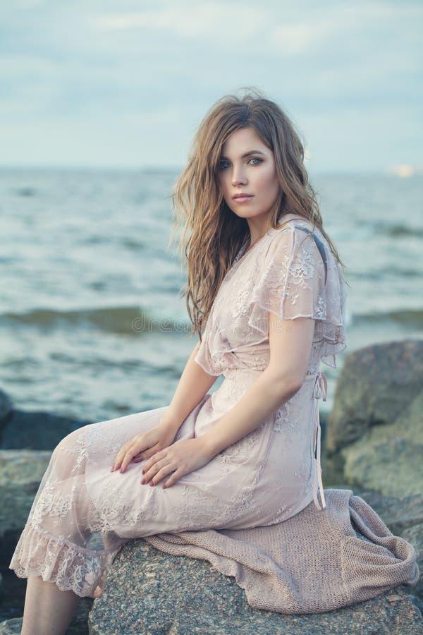 Sund modell Woman i tappning Lacy Dress royaltyfri fotografi