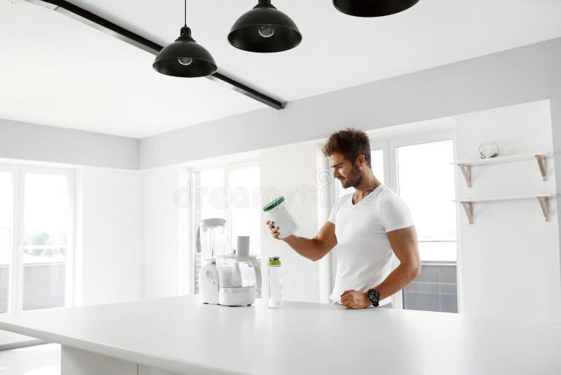 sund näring Man som förbereder proteinskakan Mattillägg arkivfoton