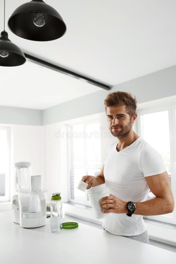 sund näring Man som förbereder proteinskakan Mattillägg royaltyfria foton