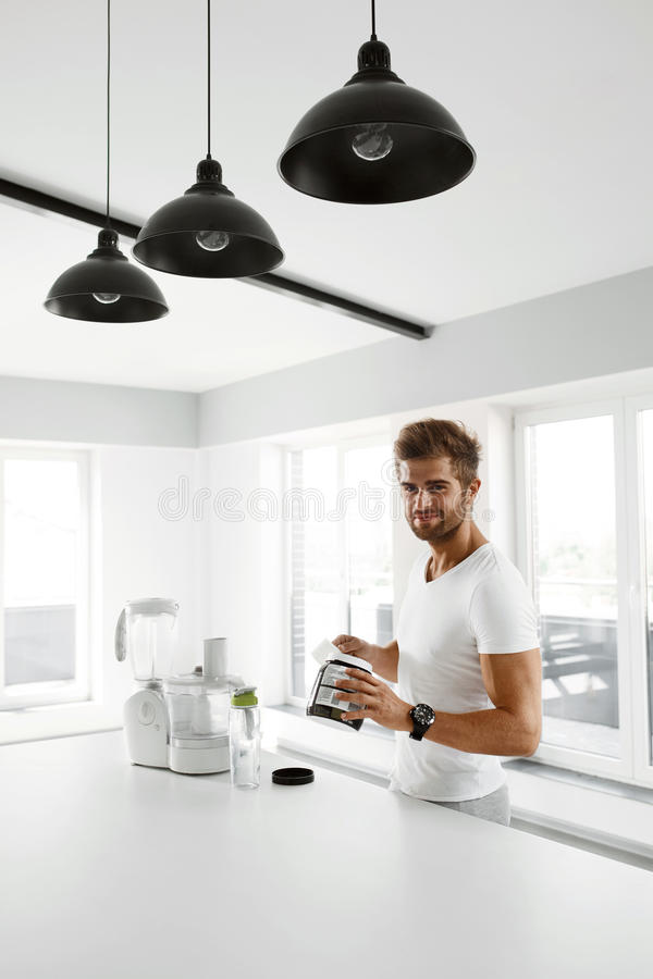 sund näring Man som förbereder proteinskakan Mattillägg royaltyfria bilder