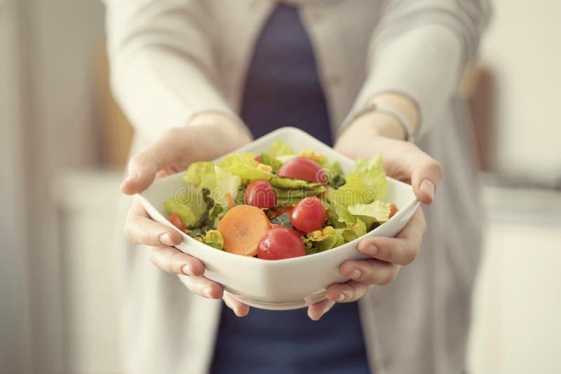 Sund näring som äter salladbegrepp royaltyfri fotografi
