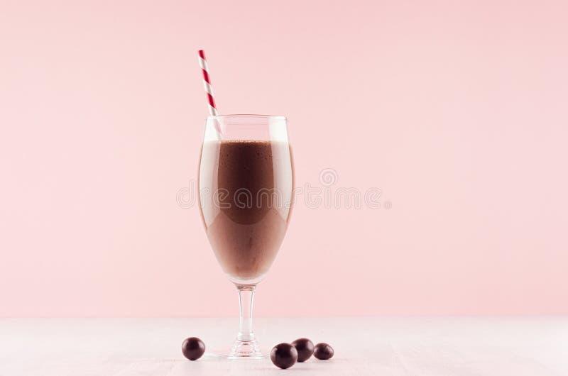 Sund ny chokladsmoothie med sweetyen och randigt sugrör på pastellfärgad rosa bakgrund, kopieringsutrymme fotografering för bildbyråer
