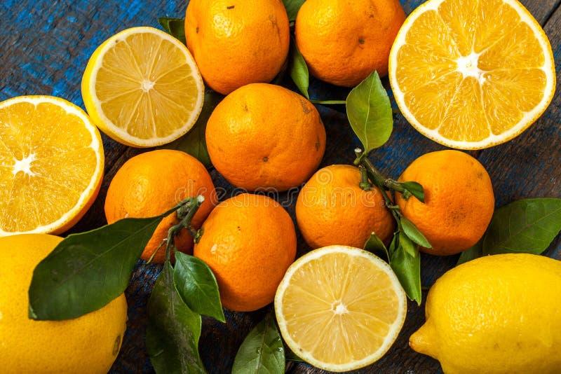 Sund ny citrus fruktsaft två exponeringsglas, apelsiner, tangerin, citroner, is, sidor royaltyfri fotografi