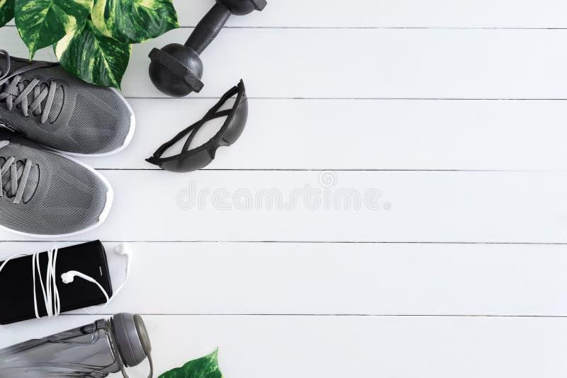 Sund och aktiv livsstilbegrepp för kondition, plan lekmanna- bild av sportskor, smart telefon med hörlurar, sportexponeringsglas, arkivbild