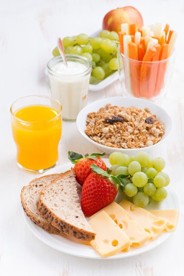 Sund och näringsrik frukost med den nya frukter och grönsaken fotografering för bildbyråer