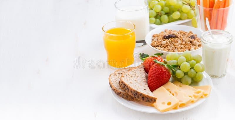 Sund och näringsrik frukost med den nya frukter och grönsaken royaltyfri fotografi