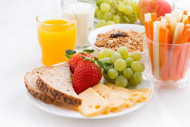 Sund och näringsrik frukost med den nya frukter och grönsaken royaltyfri bild
