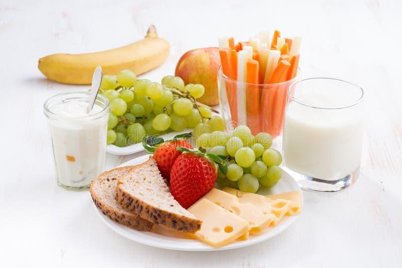 Sund och näringsrik frukost med frukter och grönsaker royaltyfri foto