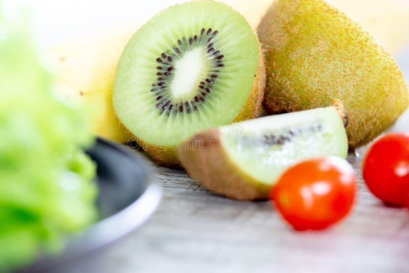 Sund och ren matblandningfrukt och grönsak, sund ätablandning av sallad för nya grönsaker som överträffas på trätabellen fotografering för bildbyråer