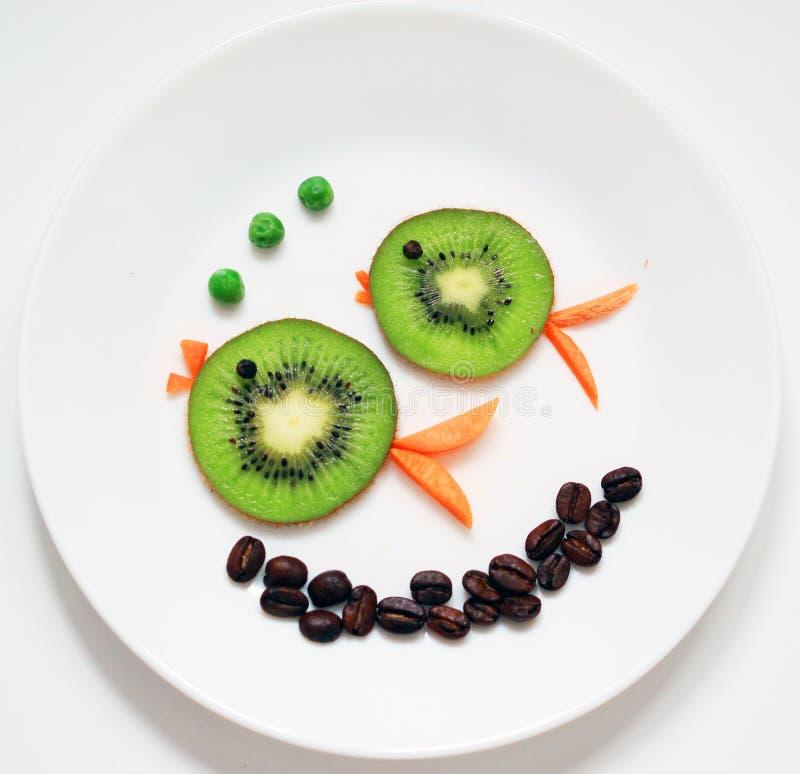 Sund och rolig mat för ungar på den vita plattan arkivbild