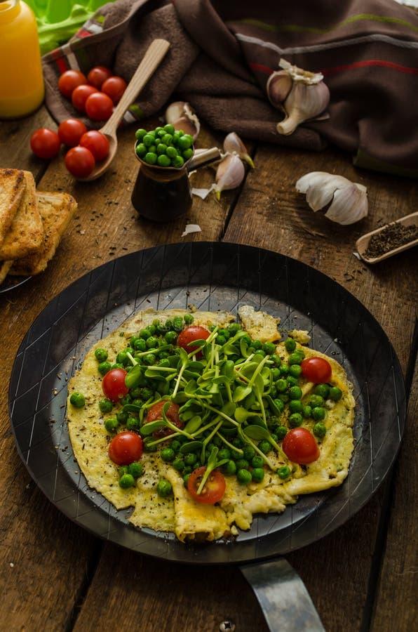 Sund omelett med grönsaker arkivfoton