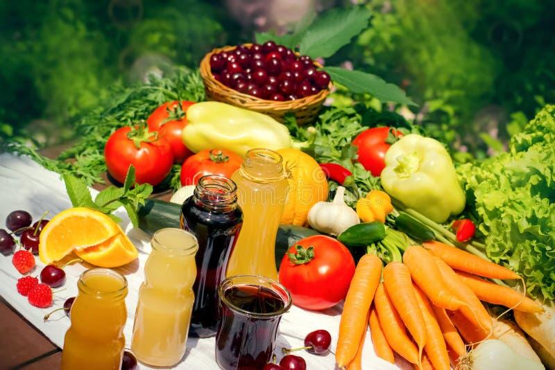 Sund organisk mat och fruktsafter för ny frukt i krus arkivbilder