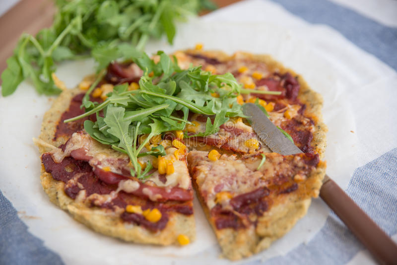 Sund pizza med quinoaskorpan arkivbild