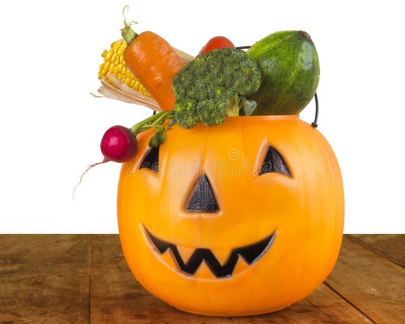 Sund plast- pumpa för allhelgonaafton mycket av grönsaker royaltyfri bild
