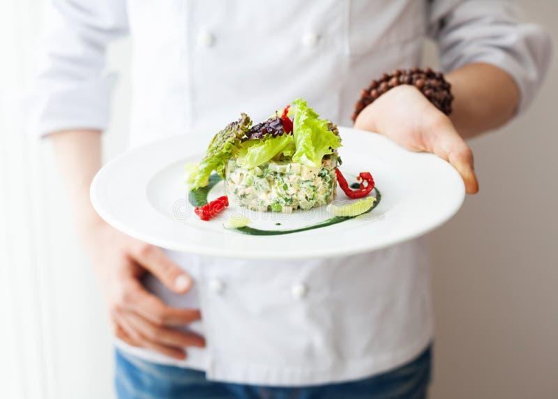 Sund rå strikt vegetariansallad i restaurang arkivbild
