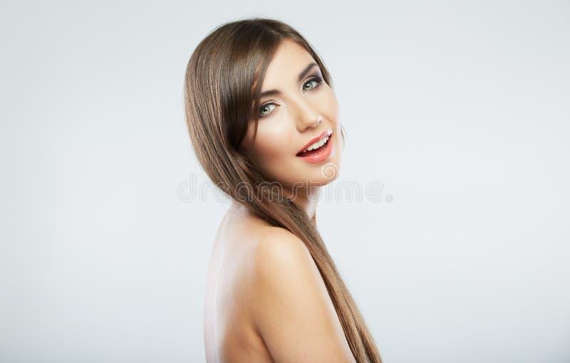 Sund ren hud och perfekt makeup på härlig framsida av den vita modellen med långt hår fotografering för bildbyråer