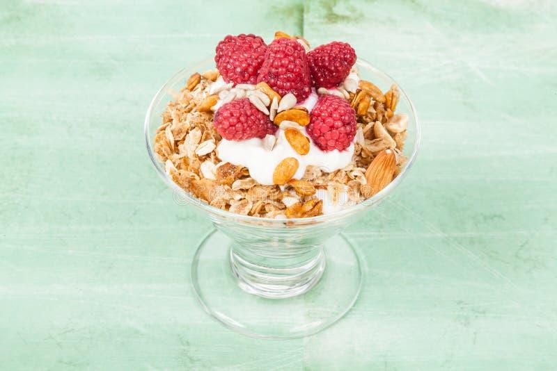 Sund sädes- frukost med grekisk yoghurt och hallon arkivbilder