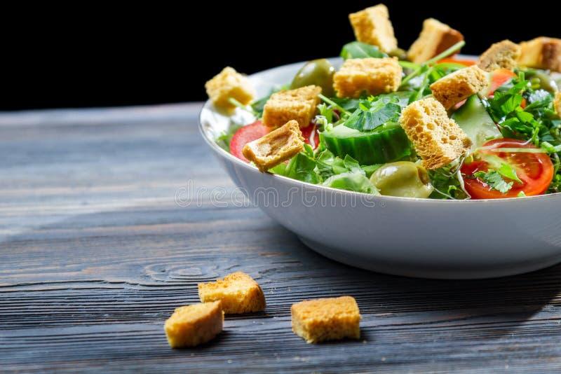Sund sallad gjorde ââof nya grönsaker arkivfoton