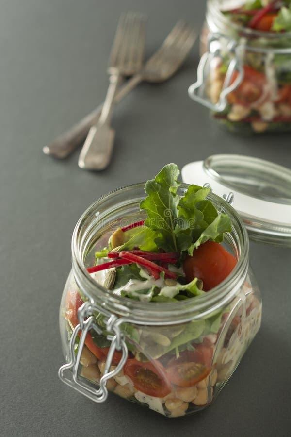 Sund sallad i exponeringsglaskrus med nya gr?nsaker Sund mat, bantar, detoxen, att ?ta f?r reng?ring och det vegetariska begreppe royaltyfri bild