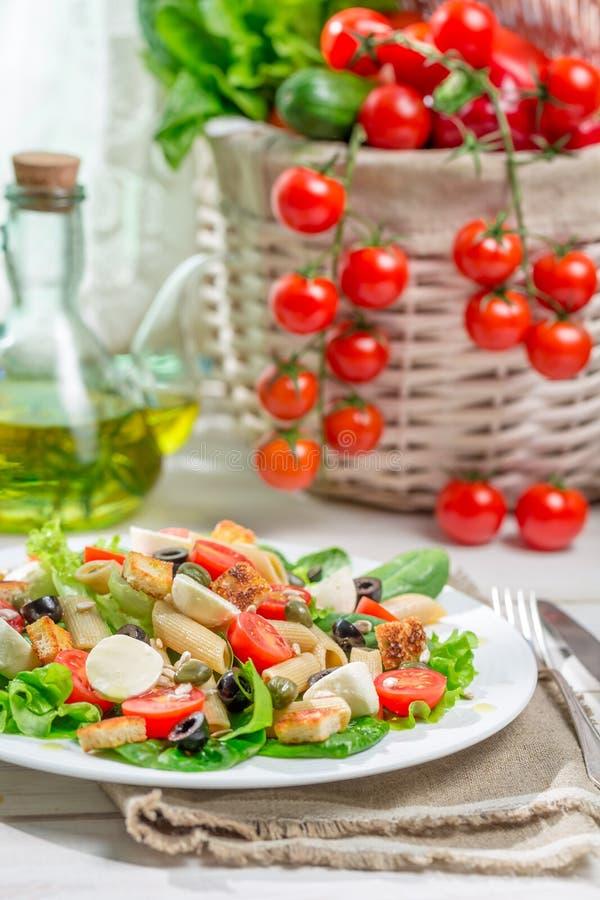 Sund sallad med grönsaker, pasta och krutonger arkivbild
