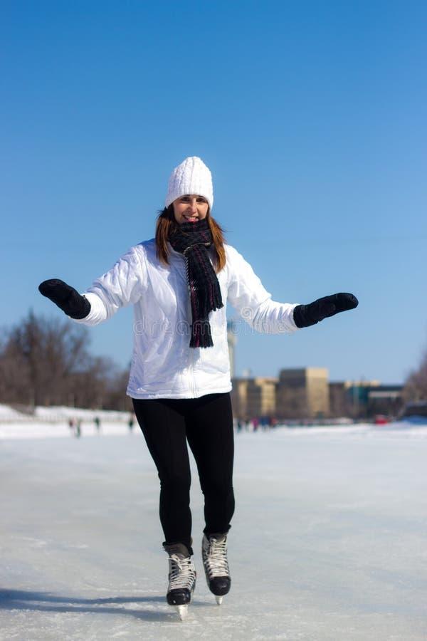 Sund skridskoåkning för ung kvinna under vinter royaltyfria foton